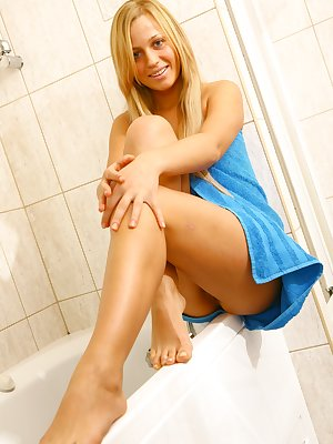 Pretty blonde babe reveals sweet pussy in the shower