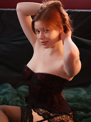 The fun and playful Kimberly uses her naughty poses and bewitching gaze to tempt you to come closer to her.