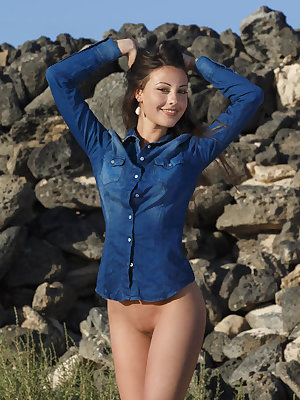 With her stunning beauty and confident allure, not to mention a sexy, bright smile, Lorena is a breathtaking sight as she strips off her blue long-sleeved shirt in the outdoor.