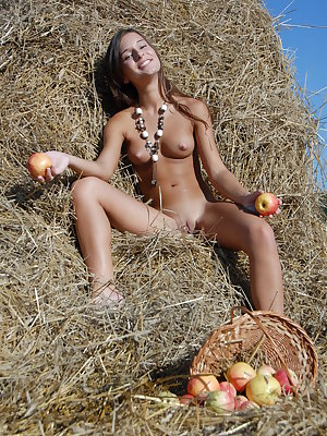 Teen hottie exposes her body right on hayloft driving us absolutely crazy from seeing her.