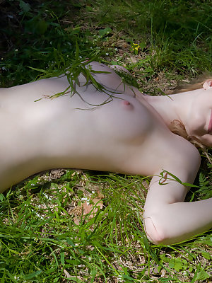 Adorable babe with a cute face poses naked outdoors flaunting her extremely tasty body.