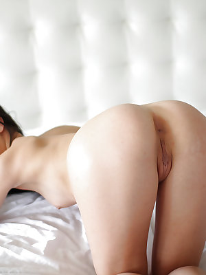Teenager Alaina Kristar shows off her awesome juicy booty on cam