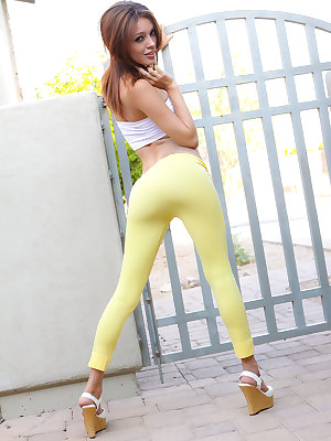 Beautiful amateur Taylor Ashley sheds her yoga pant outdoors to pose naked