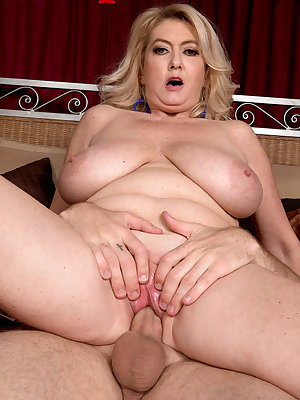 Mature blonde lady Tahnee Taylor invites her boy toy to ass fuck her