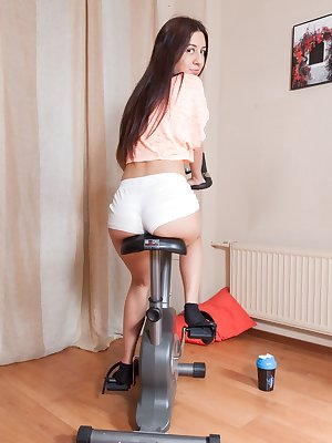 Short amateur teen Dalila gets her hairy snatch eaten out and pounded hard