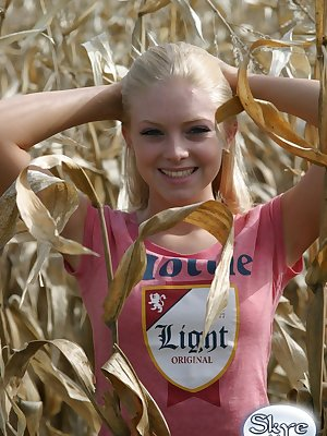 Blond amateur Skye Model flashers her bare ass among the corn stalks