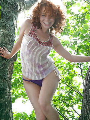 Bubbly babe Melissa H stripping outdoors for some juicy pussy play