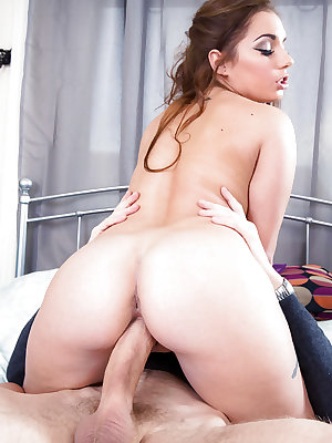 Young chick Jenny Glam taking external cumshot on shaved twat