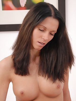 Amateur solo girl with nice tits toys her bald pussy to orgasmic conclusion